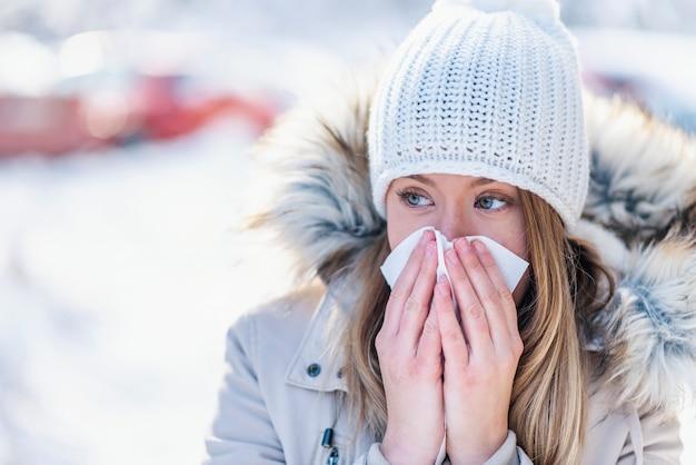 Femme souffrant d'un hiver froid en plein air