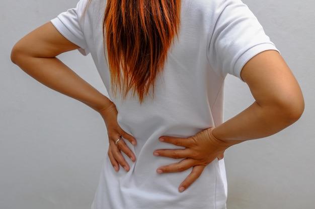 Femme souffrant de maux de dos