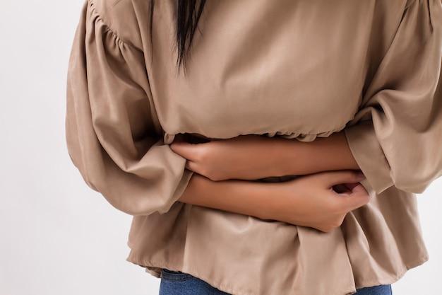 Femme souffrant de maux d'estomac, crampes menstruelles, douleurs abdominales, intoxication alimentaire