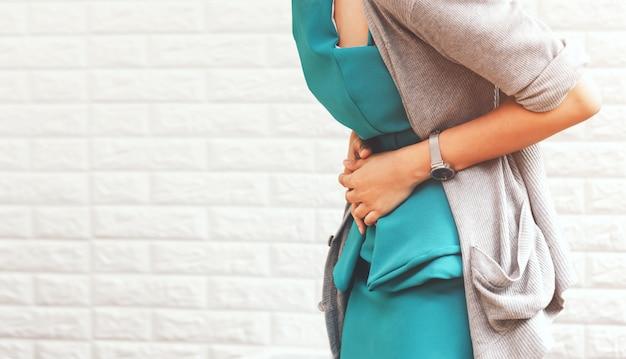 Femme souffrant de maux d'estomac
