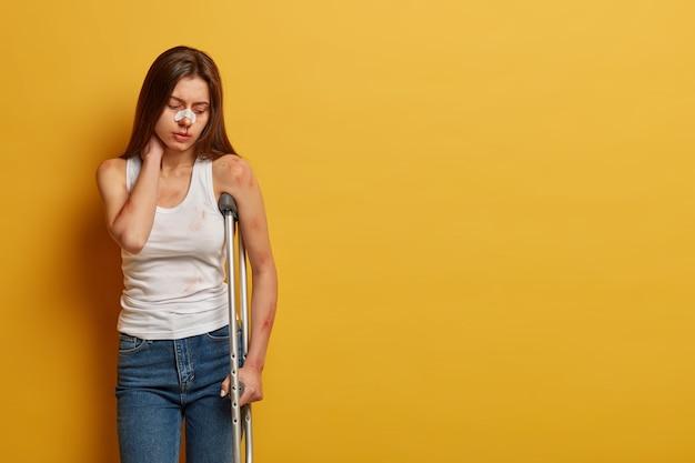 Une femme souffre d'un accident ayant beaucoup de blessures