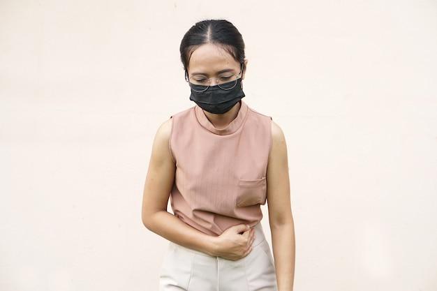 Une femme souffre de maux d'estomac gastrite chronique concept de ballonnement de l'abdomen
