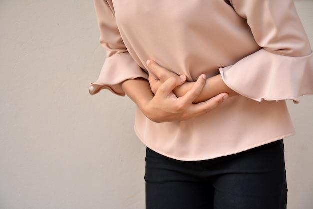 Une femme souffre de maux d'estomac. gastrite chronique.