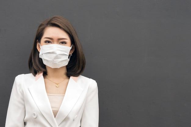 Femme, souffrir, malade, porter, masque, femme asiatique, dans, masque protecteur, sentir mal