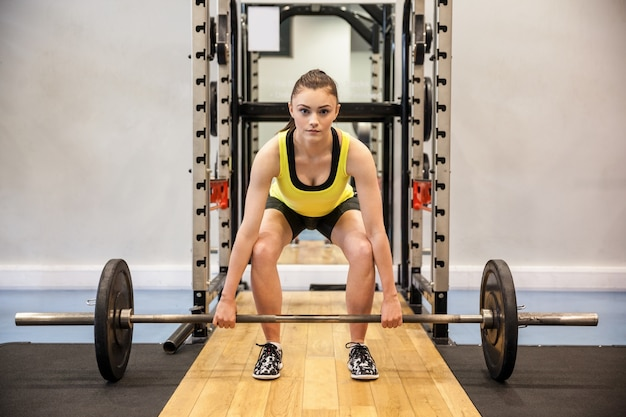 Femme soulevant des haltères et des poids