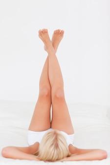 Femme soulevant ses jambes