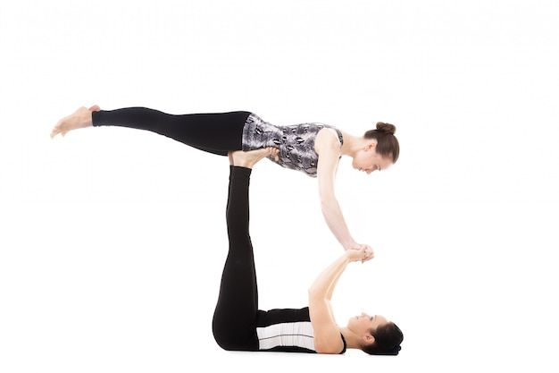 Femme soulever une autre femme avec des jambes