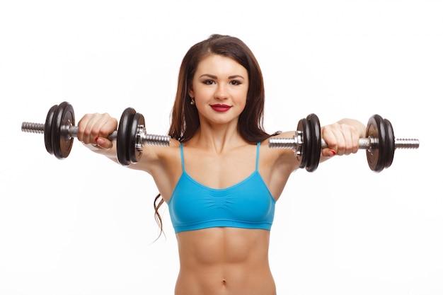 Femme soulever des poids en face de hershoulders