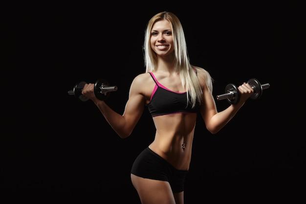 Femme soulever des poids musculaires