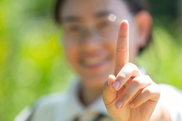 Femme sourde d'asie à l'aide de la langue des signes.