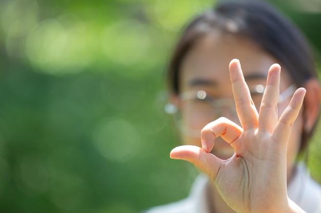 Femme Sourde D'asie à L'aide De La Langue Des Signes. Photo Premium