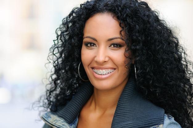 Femme souriante avec des appareils sur ses dents