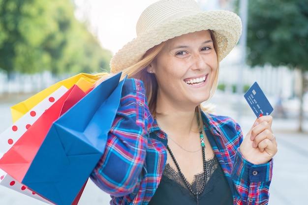 Femme souriante après avoir fait du shopping