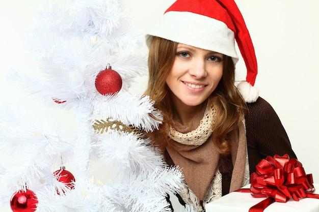 Femme souriante avec arbre de noël - noël
