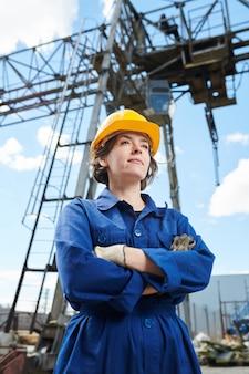 Femme souriante au chantier de construction