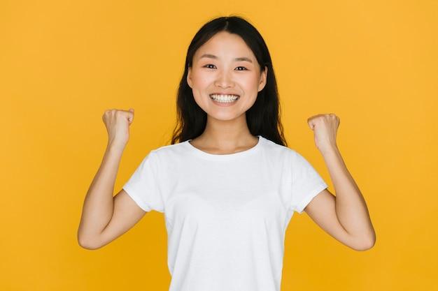 Femme souriante au coup moyen victorieuse