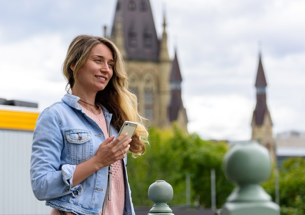 Femme souriante au parlement du canada à ottawa