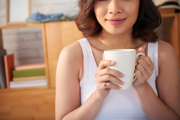 Femme souriante, boire du café