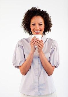 Femme souriante, boire une tasse de café