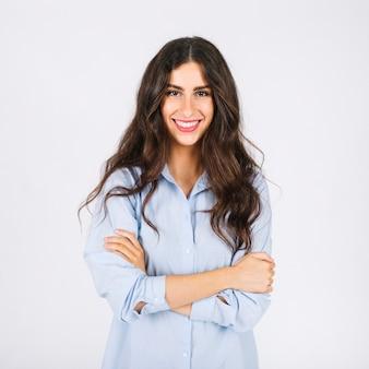 Femme souriante avec les bras croisés