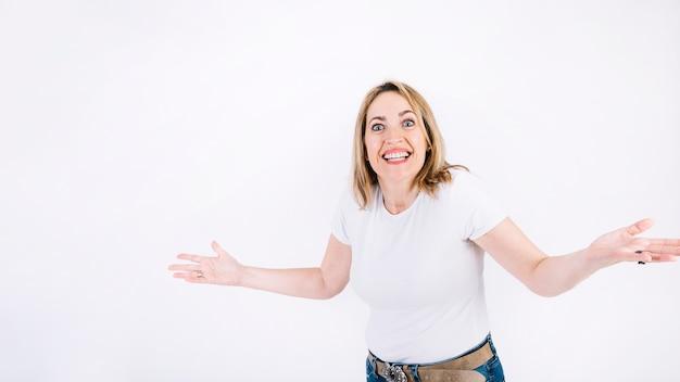 Femme souriante avec les bras ouverts
