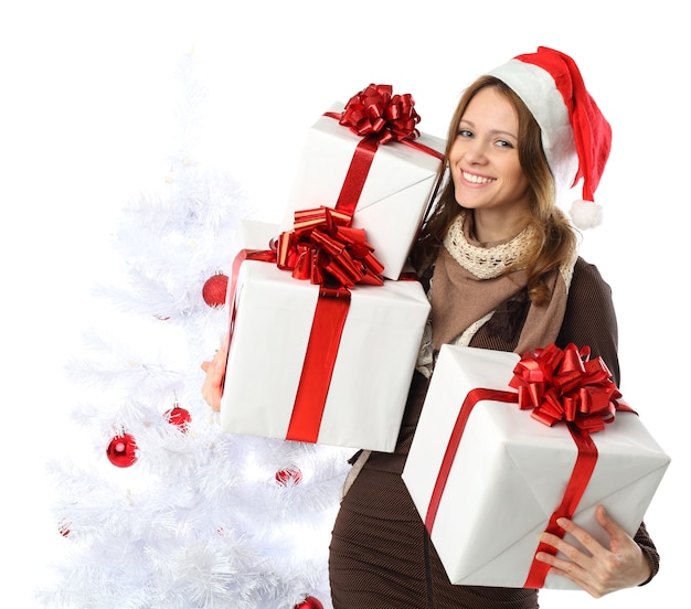 Femme souriante avec cadeau et arbre de noël isolé
