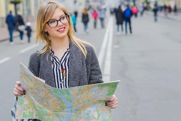 Femme souriante avec une carte