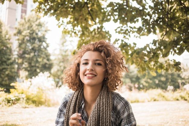 Femme souriante, à, cheveux ondulés, dans parc