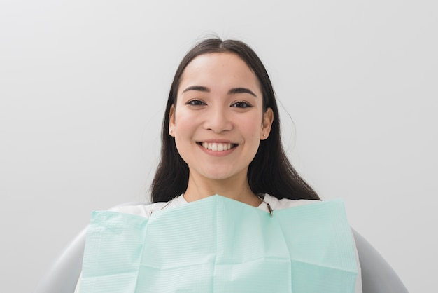 Femme souriante chez dentiste