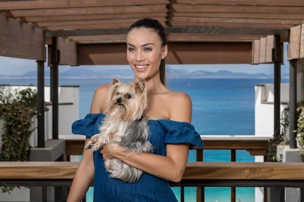 Femme souriante avec chien près de la mer
