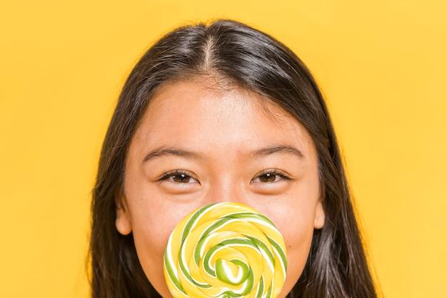 Femme souriante close-up et sucette