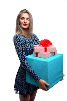 Femme souriante avec des coffrets cadeaux