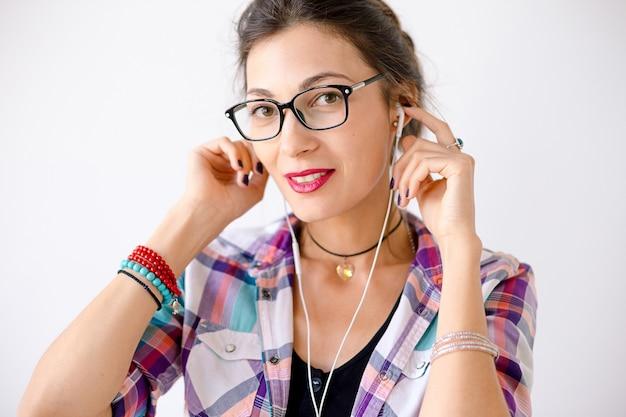 Femme souriante colorée dans des lunettes de mode