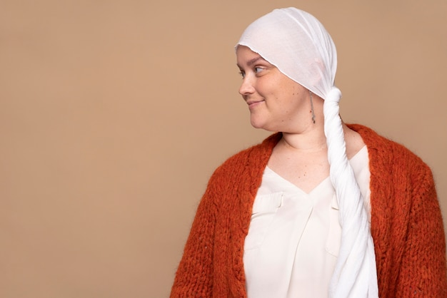 Femme souriante combattant le cancer du sein