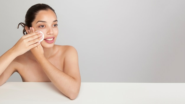 Femme souriante avec coton et copie espace