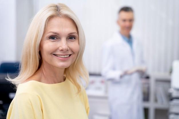 Femme souriante de coup moyen à la clinique