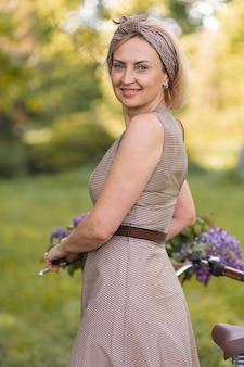 Femme souriante de coup moyen à l'extérieur
