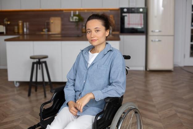 Femme souriante de coup moyen en fauteuil roulant