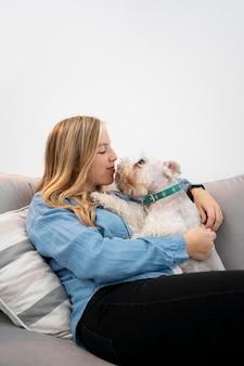 Femme souriante de coup moyen tenant un chien