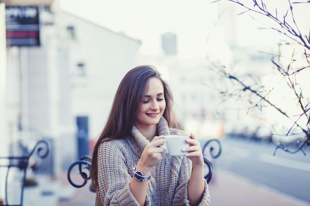 Femme souriante dans le café