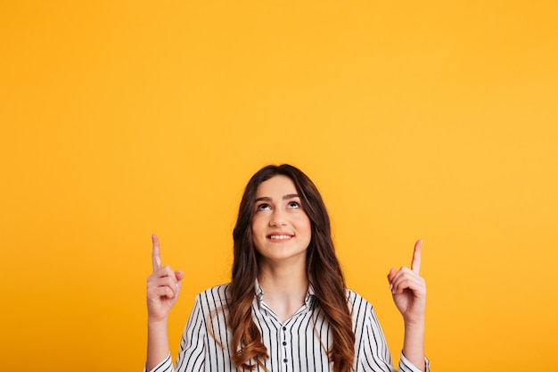 Femme souriante, dans, chemise, pointage, et, recherche
