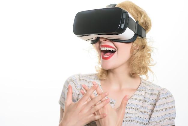 Femme souriante dans des lunettes de réalité virtuelle appareil vr beauté fille avec casque vr femme blonde heureuse en