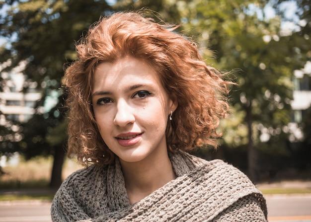 Femme souriante dans le parc