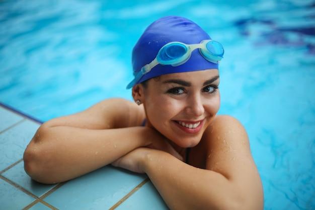 Femme souriante dans la piscine