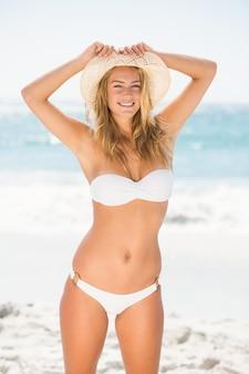 Femme souriante, debout, plage