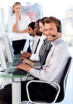 Femme souriante gestionnaire de l'équipe de gestion dans un centre d'appel