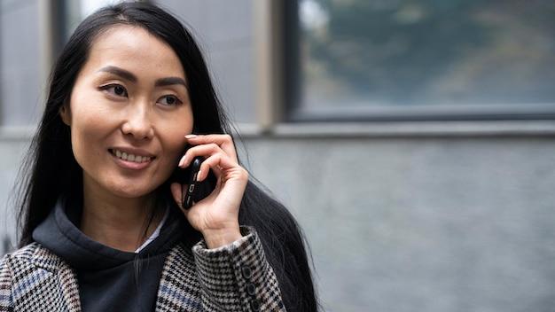 Femme souriante gros plan avec téléphone