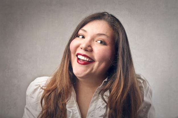 Femme souriante heureuse