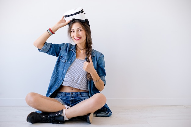 Femme souriante hipster mesurer des lunettes vr