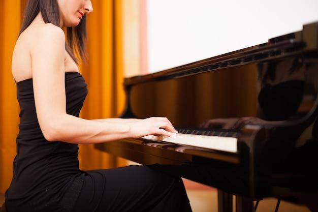 Femme souriante, jouer piano